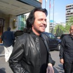 Yanni saindo do hotel no chile